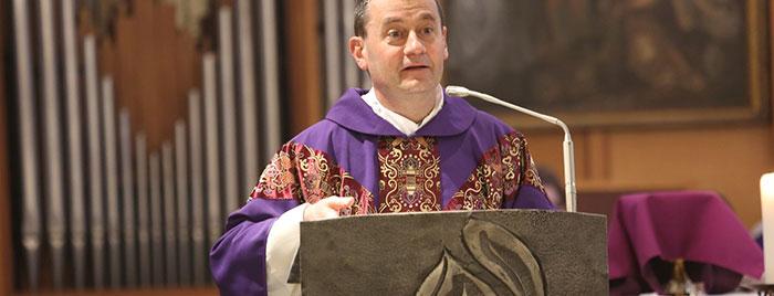 Pater Dr. Gianluca Carlin FSCB hält Ansprache am Ambo © Stefan Reifenberg