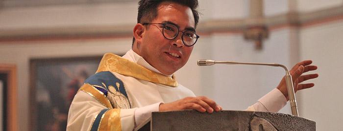Pfarrer Edward Balagon predigt © Stefan Reifenberg