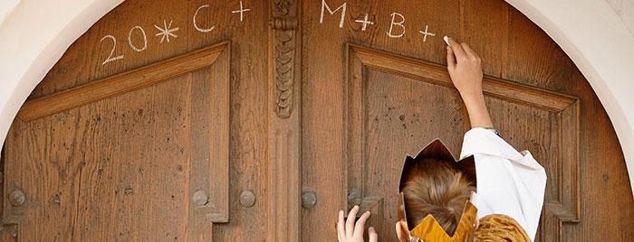 Sternsinger beschriftet Türe © Benne Ochs, kindermissionwerk.de